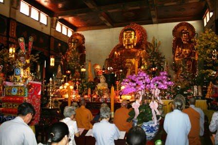 Cứ đến ngày rằm và mùng 1 đầu tháng, người Việt có phong tục đi lễ chùa để nghe kinh tụng và cầu an đến với người thân trong gia đình