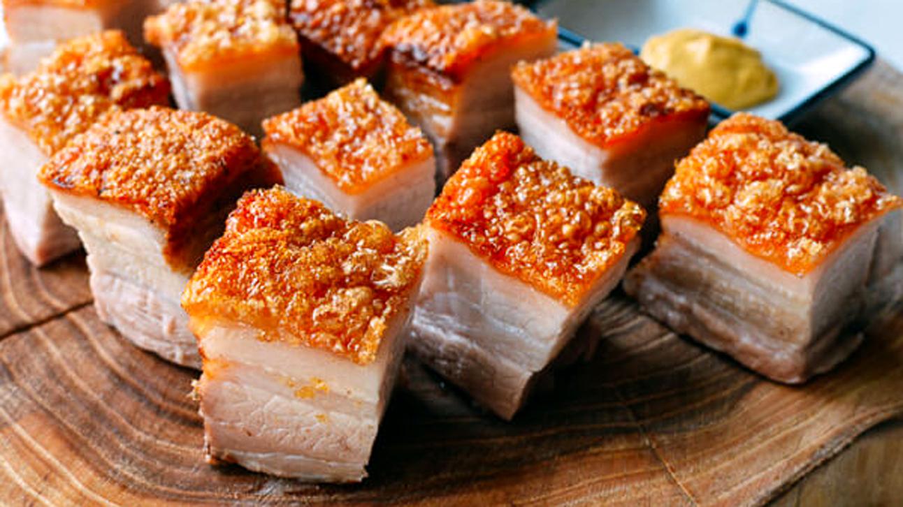 Thịt lợn là món ăn mang lại may mắn đầu năm vì theo quan niệm từ xa xưa, lợn không biết đi lùi