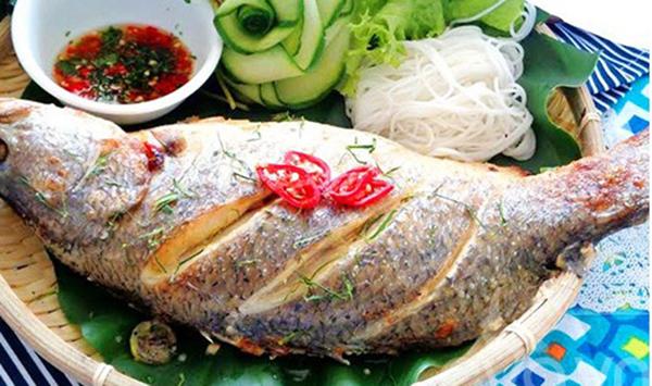 """Khi dọn món cá ăn trong ngày Tết phải còn nguyên con, có đầu và đuôi để hi vọng một năm mới """"đầu xuôi đuôi lọt"""""""