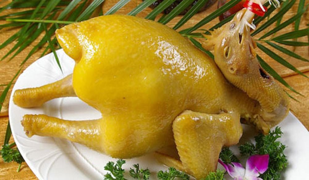 Gà trống luộc vàng óng là món ăn có ý nghĩa khởi đầu một năm may mắn, nhiều tài lộc
