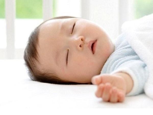 Trẻ sơ sinh ngủ nhiều có tốt không, cần lưu ý những gì?