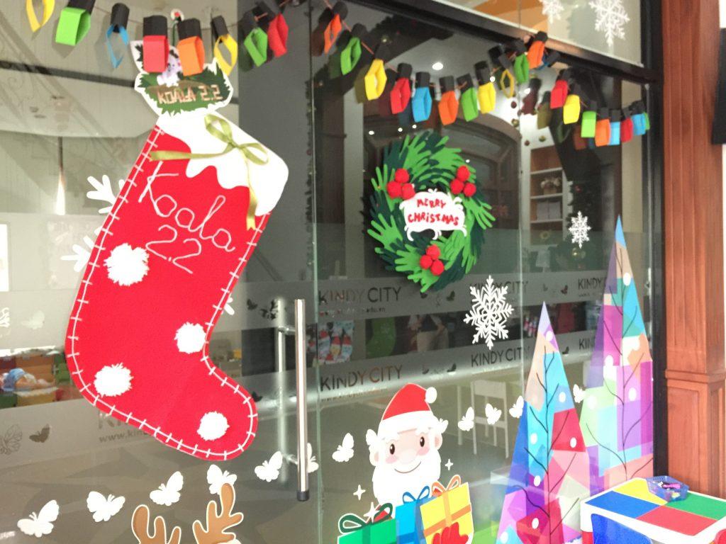 Trang trí bằng cách vẽ lên cửa kính, tường các hình thù liên quan đến Giáng sinh