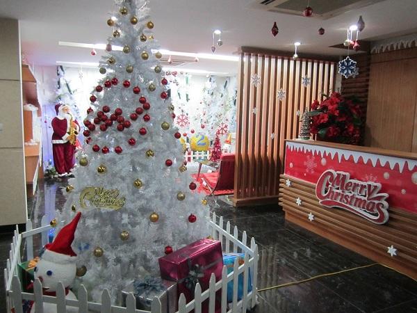 Tận dụng mảng tường rộng, bỏ trống của văn phòng để trang trí một cây thông Noel