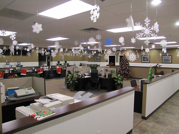 Trang trí trần nhà giúp văn phòng ngập tràn không khí lạnh giá đặc trưng của mùa đông