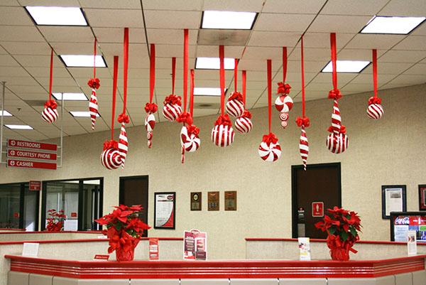 Sử dụng những quả châu để trang trí Noel văn phòng đơn giản