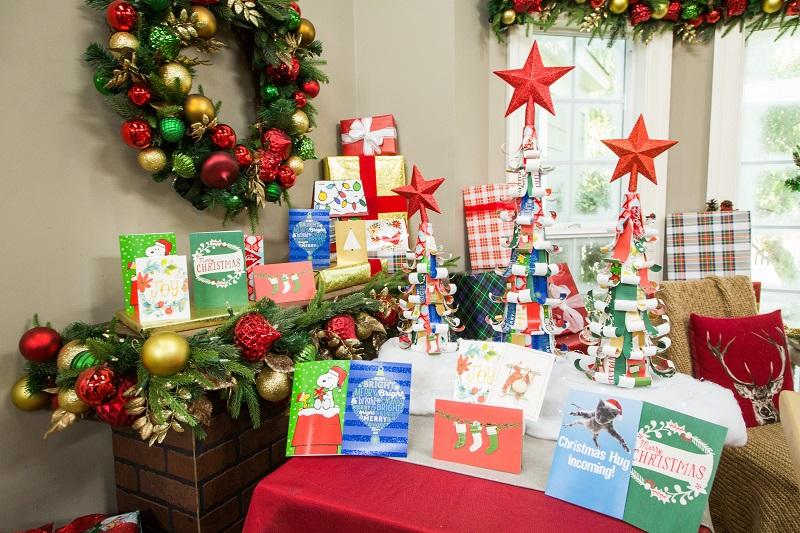 Dùng thiệp Noel là ý tưởng trang trí Giáng Sinh cho văn phòng khá đơn giản lại rất thiết thực