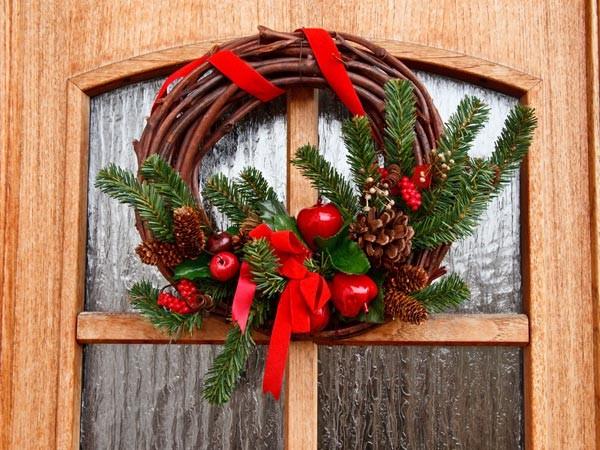 Tự làm chiếc vòng trang trí Giáng sinh giúp cho những cánh cửa thêm đẹp và ấn tượng