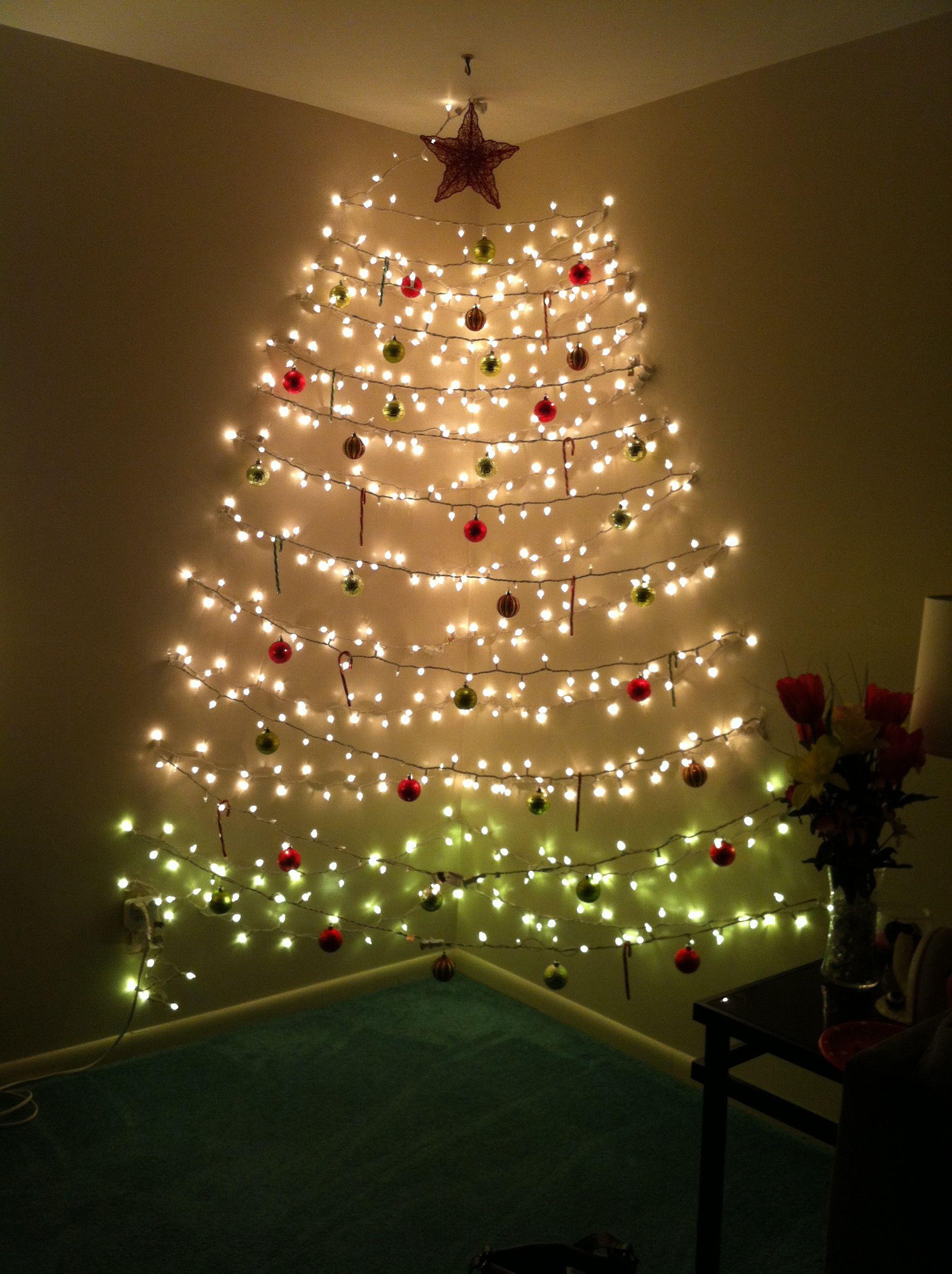 Cây thông Noel với dây đèn lấp lánh rất sáng tạo