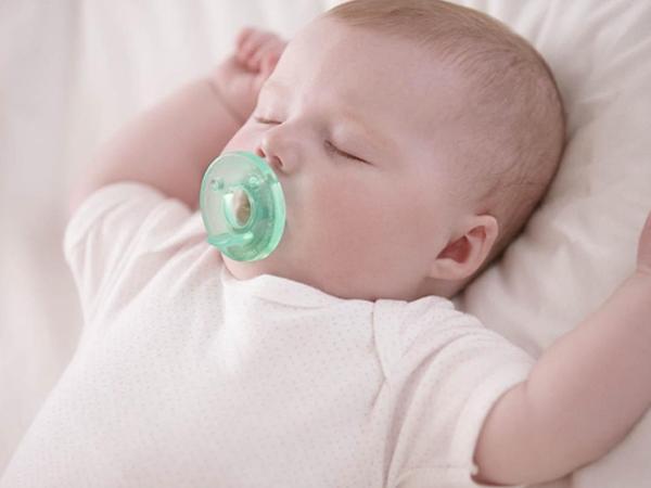 Giải đáp: Có nên cho trẻ sơ sinh ngậm núm giả