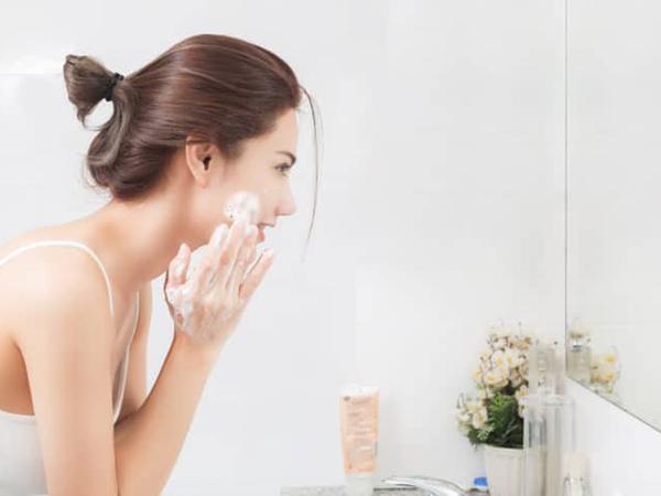 Phải làm gì khi da mặt bị khô sần và ngứa?