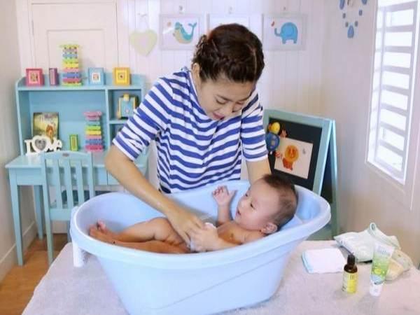 Hướng dẫn tắm cho trẻ sơ sinh đơn giản và an toàn tại nhà