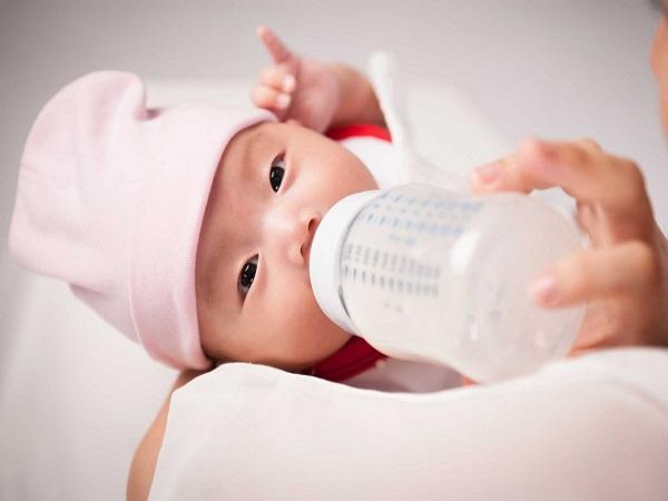 Trẻ sơ sinh có nên uống nước không?