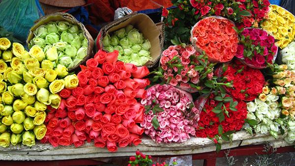 Nên chọn hoa tươi để trang trí bàn thờ gia tiên ngày cưới