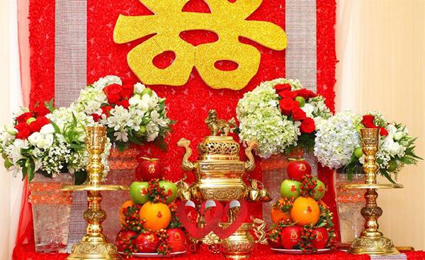Hạn chế chọn hoa màu trắng để trang trí bàn thờ gia tiên