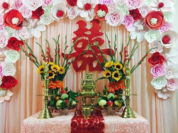Cắm hoa bàn thờ gia tiên cần phải đối xứng