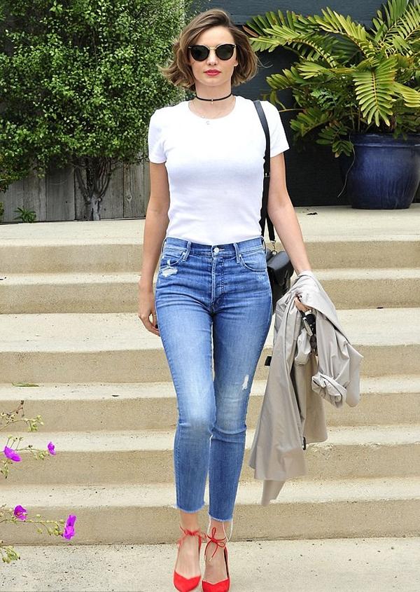 Áo thun cơ bản và quần jeans