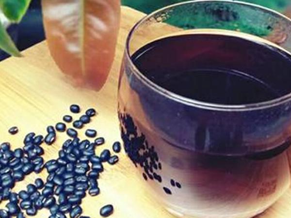 Trà đậu đen xanh lòng có tác dụng tốt trong việc giải nhiệt, giảm cân