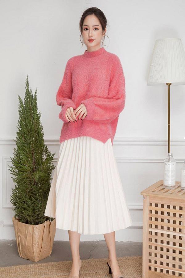Váy xếp ly phối với áo len rất đẹp