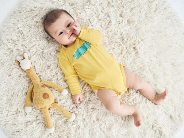 Mặc quần áo dài cho trẻ cũng được nhưng nên chọn chất liệu mềm mại