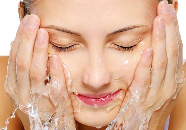 Rửa mặt bằng nước muối có nhiều tác dụng tốt cho da