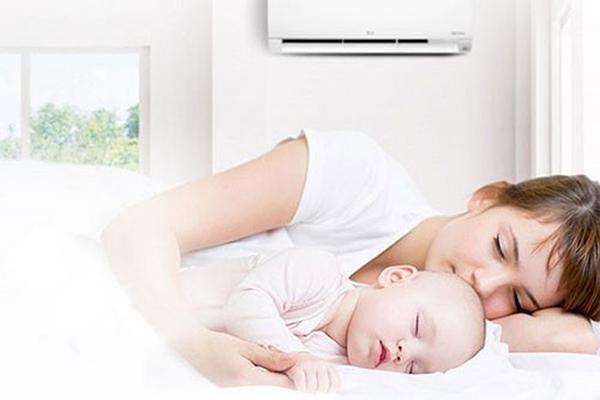 Khi bị sốt trẻ vẫn có thể nằm điều hòa