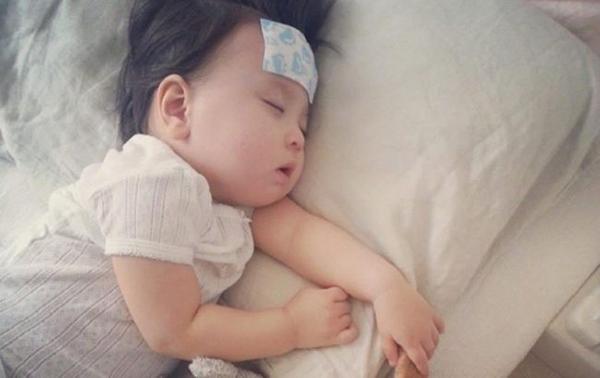 Trẻ sơ sinh bị sốt có thể là do cảm cúm hoặc mọc răng