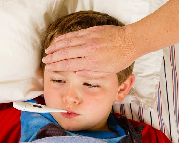 Trẻ bị sốt vào giai đoạn khởi phát