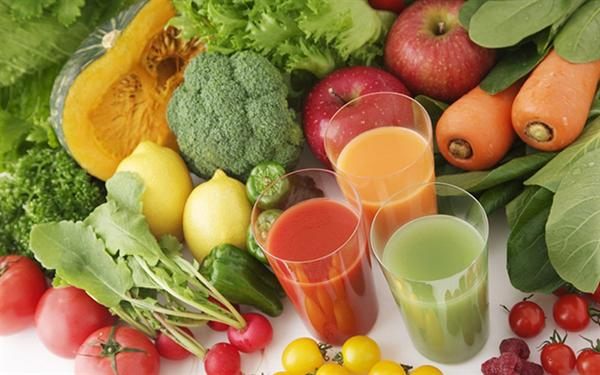 Mẹ cần bổ sung rau xanh, trái cây cho trẻ để tăng sức đề kháng