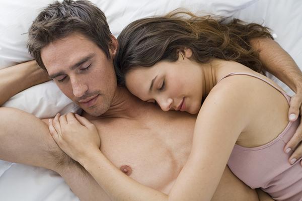 Ngủ nude tốt cho sức khỏe vợ chồng sau quan hệ