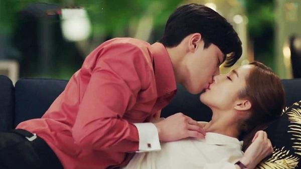 Nụ hôn môi đụng chạm cố ý