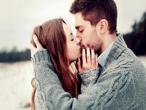 Nụ hôn môi chạm nhẹ và sát lại gần nhau