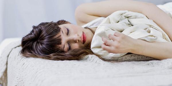 Phụ nữ ngủ để nghỉ ngơi, phục hồi lại số năng lượng đã mất