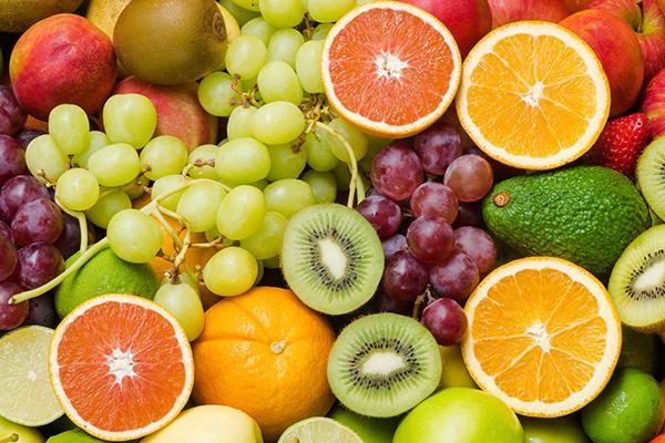 Cho bé ăn nhiều trái cây để bổ sung chất xơ