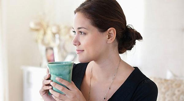 Uống nước nóng để kích thích hệ tiêu khi đi ngoài