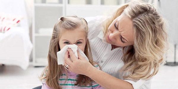 Mẹ cần làm sạch mũi cho bé để việc thở dễ dàng hơn