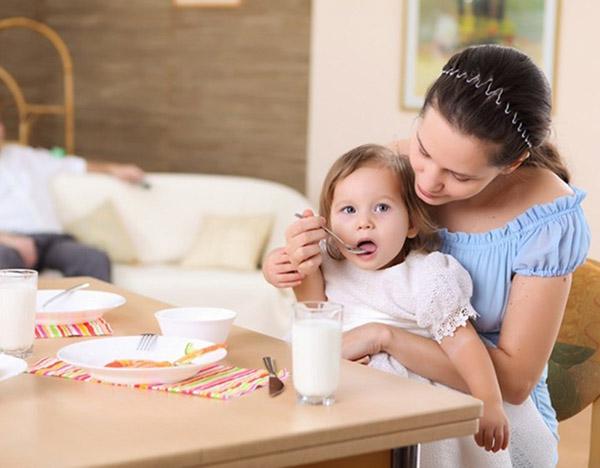 Cho trẻ bị viêm phế quản ăn thức ăn loãng