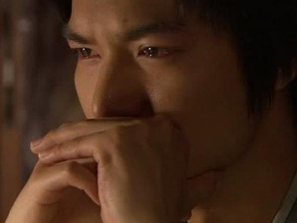 Anh khóc vì thấy bất lực không biết phải làm sao để chia tay người ấy khi mình còn yêu rất nhiều
