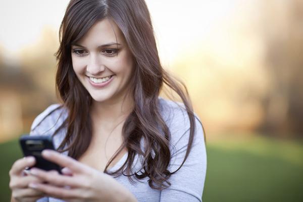 Nhắn tin với người tình qua mạng tôi thấy mình vui và không còn quan tâm đến sự khô khan của chồng nữa
