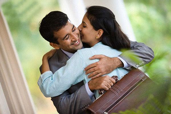 Sống với nhau lâu khiến em nghiện mùi chồng, thấy chồng về sẽ chạy ra ôm chồng ngay