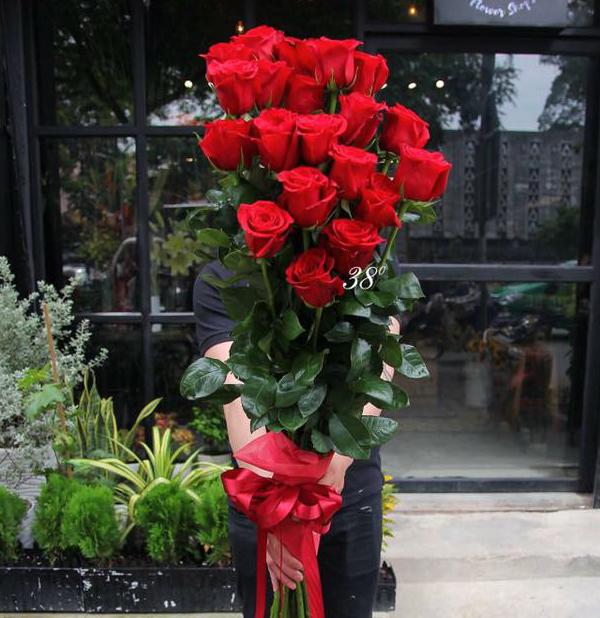 Không nên tặng hoa hồng đỏ tượng trưng cho sự trông gai trong tình yêu