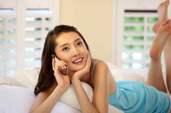 Quyến rũ chàng qua điện thoại là một nghệ thuật hâm nóng tình yêu