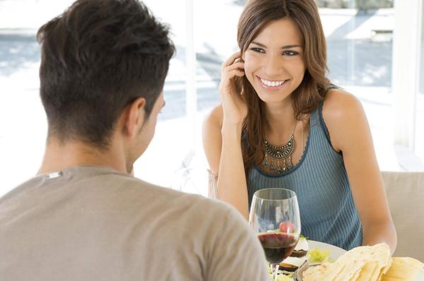 Đàn ông khi yêu thật lòng sẽ chỉ quan tâm mình bạn và không để ý đến những cô gái khác
