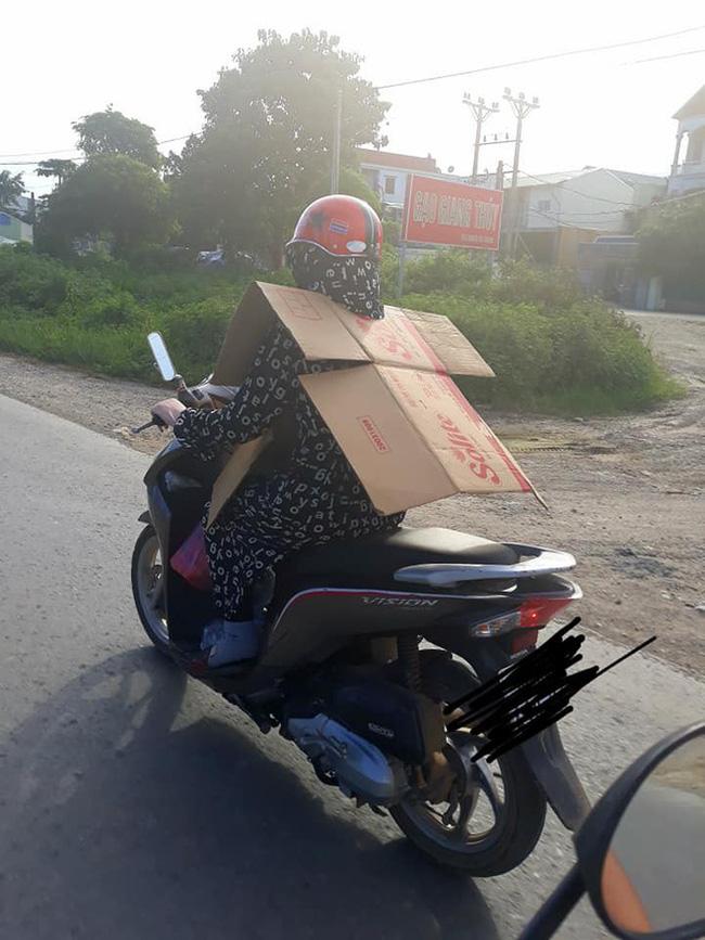 Người phụ nữ đi xe máy bịt kín như Ninja, nhưng chiếc áo mặc ngược cùng chiếc mũ bảo hiểm kì lạ mới khiến người đi đường choáng - Ảnh 3