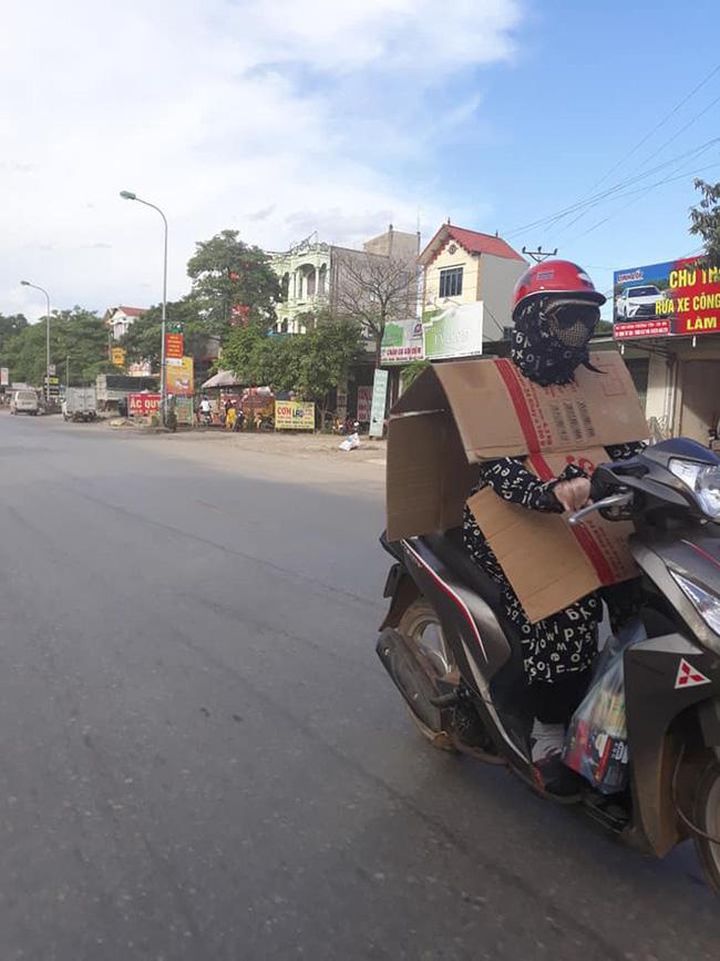 Người phụ nữ đi xe máy bịt kín như Ninja, nhưng chiếc áo mặc ngược cùng chiếc mũ bảo hiểm kì lạ mới khiến người đi đường choáng - Ảnh 4