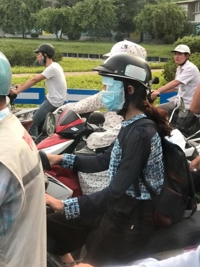 Người phụ nữ đi xe máy bịt kín như Ninja, nhưng chiếc áo mặc ngược cùng chiếc mũ bảo hiểm kì lạ mới khiến người đi đường choáng - Ảnh 5