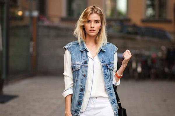 Sự tương phản giữa áo sơ mi cùng áo khoác jean sẽ tạo sự cân bằng