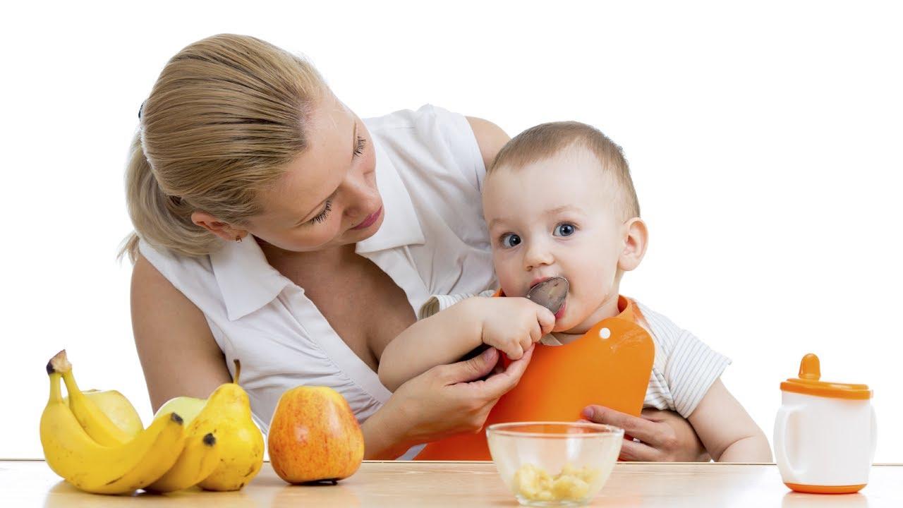 Khi bé bắt đầu tập ăn dặm, mẹ nên lên lịch trình ăn uống các bữa