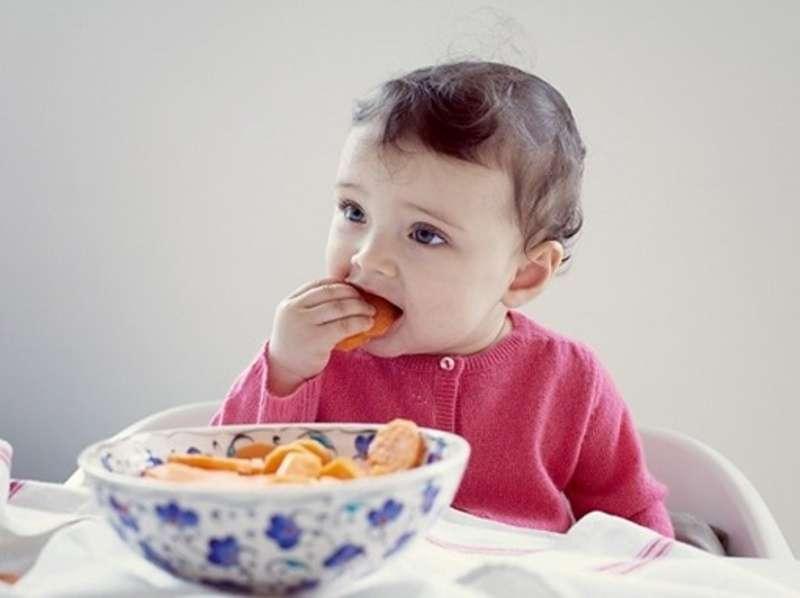 Cho trẻ ăn vặt nhiều có thể ảnh hưởng đến cảm giác thèm ăn của bé