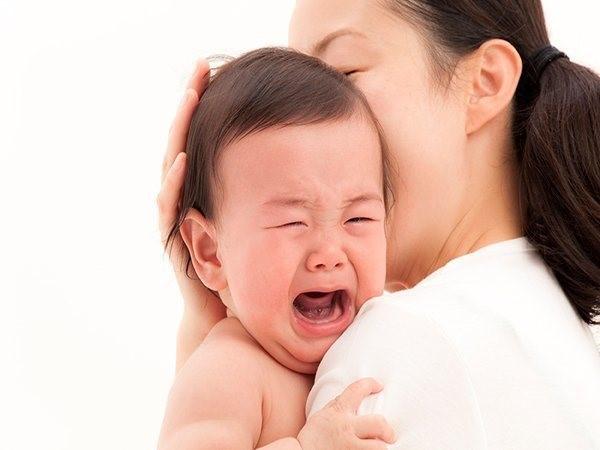 Trẻ quấy khóc khi bị sốt tiêu chảy