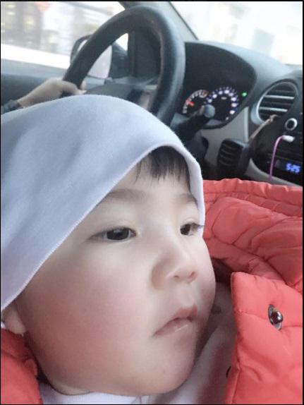 Em bé Lào Cai ngày nào nay đã biết cười đùa, biết chơi trò 'vuốt ve, em thân yêu' bên mẹ nuôi 9X - Ảnh 1